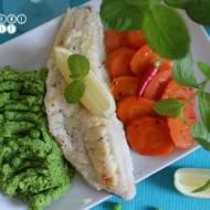 Filet z dorsza w sosie cytrynowym z purée z zielonego groszku i karmelizowaną marchewką