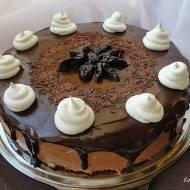 Tort czekoladowy z suszonymi śliwkami