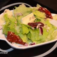 Sałatka z suszonym pomidorem i serem pleśniowym