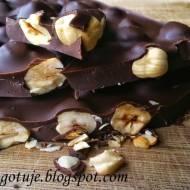 Tafla czekolady z podpieczonymi orzechami laskowymi