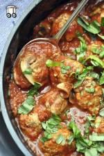 Pulpeciki z kaszą jaglaną w sosie pomidorowym z pieczarkami