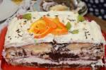 Tort z bitą śmietaną i galaretką na dwukolorowym cieście