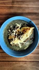 Krem brokułowy z serowymi grzankami i orzechami włoskimi – jedna z pięciu porcji warzyw w ciągu dnia