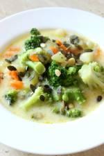 Zupa brokułowa z serkiem topionym i pestkami dyni