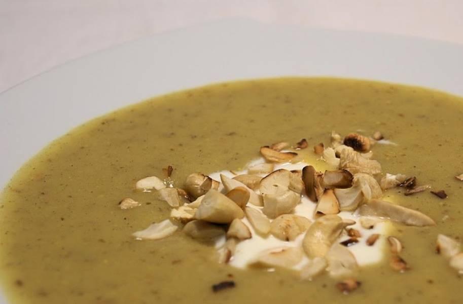 Zimowa zupa z topinamburu, selera i pasternaku na kozim serku