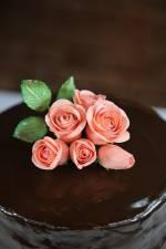 Tort czekoladowo-gruszkowy i wprowadzenie do kwiatów cukrowych.