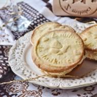 Ciastka waniliowe z kremem migdałowym wytłaczane wałkiem