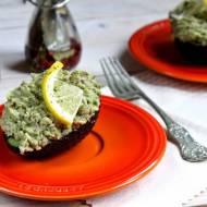 Sałatka z awokado i tuńczyka w łódeczkach