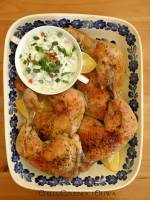 Pieczony kurczak z pikantnym sosem tzatziki, czyli pomysł na rodzinny obiad w stylu greckim