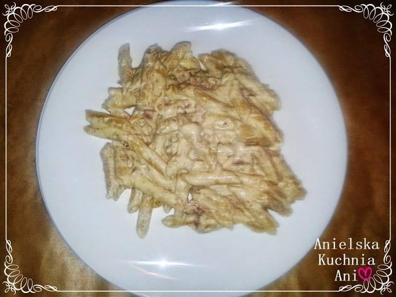 Spaghetti carbonara ze śmietaną, boczkiem, cebulą i czosnkiem