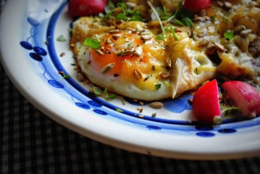 Jaja sadzone z wędzoną makrelą i ziarenkami