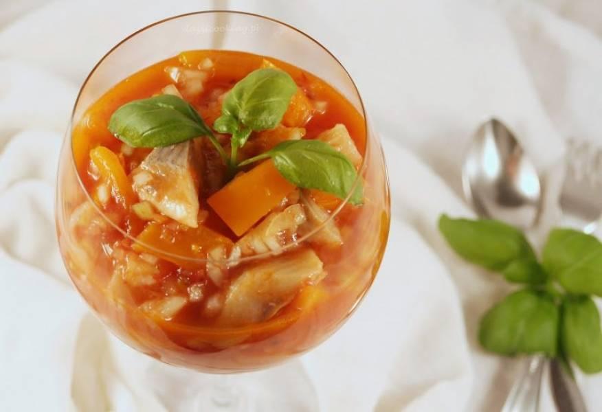 Śledzie w słodkim sosie pomidorowym z kawałkami pomarańczowej papryki