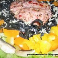 Czarne tagliolini z mięsem mielonym i warzywami z parowaru
