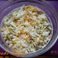 Sałatka z pekińskiej z ogórkiem kiszonym i kukurydzą