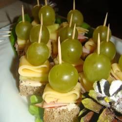 Karnawałowe koreczki z winogronem