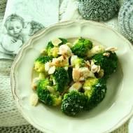 Sałatka brokułowa z serem feta i migdałami