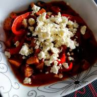 Spetsofai, grecki gulasz z papryką, kiełbasą i serem feta