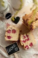 Marcepanowe ciasto z kaszy jaglanej z malinami