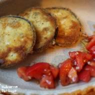 Bakłażan panierowany z sałatką z pomidorów