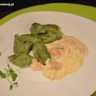 Zielone kopytka z serowo-łososiowym sosem
