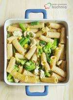 Pełnoziarniste rigatoni z kurczakiem i chrupiącymi warzywami z natką pietruszki, cebulą i czosnkiem