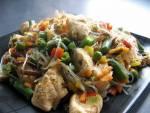 Kurczak orientalny z makaronem chińskim z fasoli na ostro
