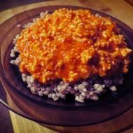 Kasza z pomidorowym sosem z piersi kurczaka (porcja - ok. 470 kcal)