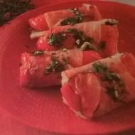 Roladki z łososia w szynce parmeńskiej z serem gorgonzola