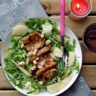 Sałata z grillowanym kurczakiem, gruszką i orzechami nerkowca