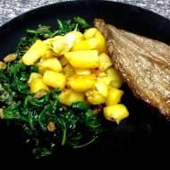 Stek wołowy ze szpinakiem i pieczonymi ziemniakami.
