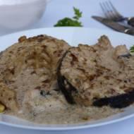 Mięso Amura jest bardzo soczyste i delikatnie tłuste , smakiem przypomina tradycyjnego Karpia. Sos śmietanowo-pistacjowy nadaje