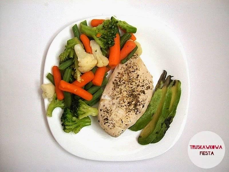 Gotowany filet z piersi kurczaka w ziołach z warzywami