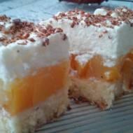 Ciasto z brzoskwiniami i bitą śmietaną