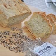 Domowy chleb pszenny z sezamem, słonecznikiem, siemieniem lnianym, czarnuszką i kminkiem.