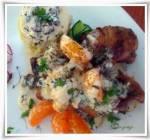 Kurczak z mandarynkami w sosie z sera pleśniowego.
