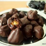 Domowe śliwki w czekoladzie z marcepanem