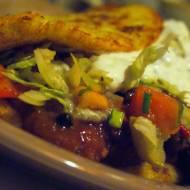 Placek po cygańsku (od podstaw): placek ziemniaczany, gulasz wołowy, surówka mieszana, sos czosnkowy
