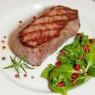 Grillowany stek wołowy i sałatka z granatem