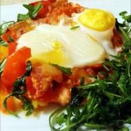 Powalentynkowe śniadanie – jajka z warzywami w sosie pomidorowym