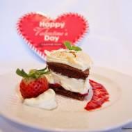 Walentynkowy mini torcik serce z kremem z białą czekoladą, prażonymi migdałami i musem truskawkowym