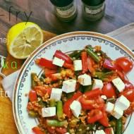 Stir-fry z kaszą jaglaną, zieloną fasolką i serem feta
