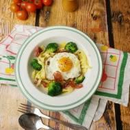 Tagliatelle z brokułami, szynką Prosciutto, jajkiem sadzonym i serem długodojrzewającym
