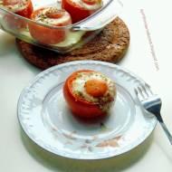 Pomidory faszerowane pieczarkami oraz wędzonym serem zapiekane z jajkami.