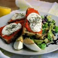 Na kanapkę: ajvar, mozarella i sałata z avocado