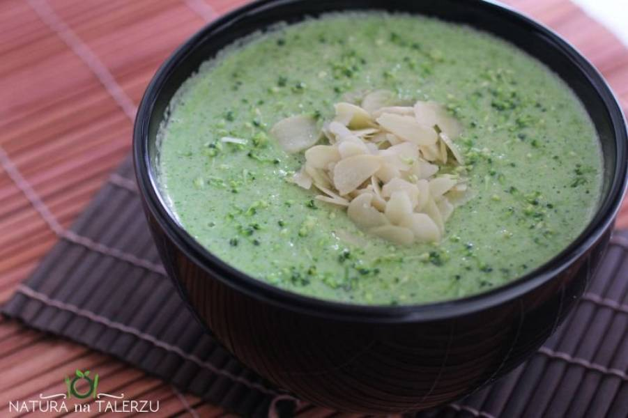 Zupa brokułowa z płatkami migdałowymi