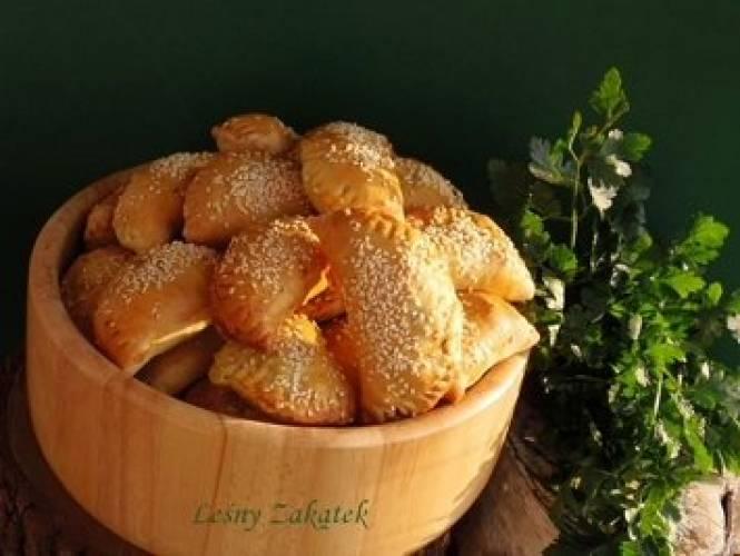 Pieczone pierogi z ciasta drożdżowego z dynią i farszem z grzybów leśnych