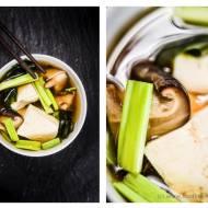 Zupa miso z tofu, grzybami, wakame i szczypiorem