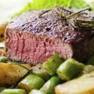 Jak zrobić perfekcyjny stek z polędwicy wołowej, który będzie rozpływał się w ustach?