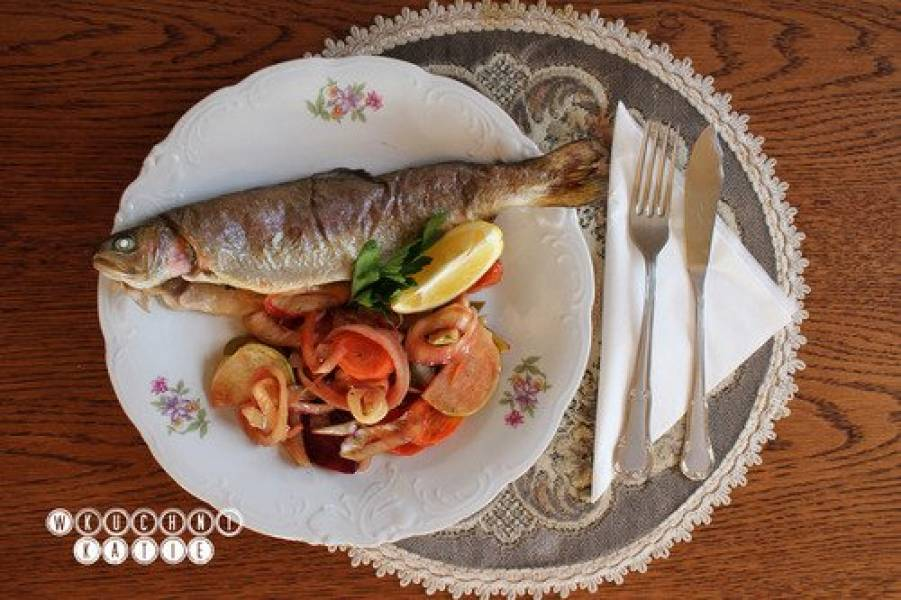 Trout baked with vegetables