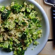 Kasza jaglana z brokułami i masłem orzechowym